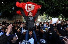 Résultats Google Recherche d'images correspondant à http://www.lexpress.fr/medias/1371/702261_des-manifestants-a-tunis-le-19-fevrier-2011-avec-le-drapeau-tunisien.jpg