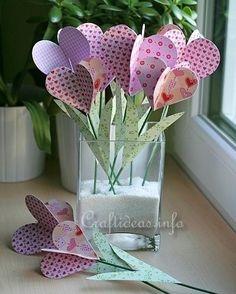 Outra ideia que garimpei essa semana são essas flores de papel para decorar a mesa do almoço de Mães. <3 O mais curioso é esse efeito que ela tem dos corações lembra muito as pétalas né? Se quiser conferir mais passa lá no http://ift.tt/11TT7Wu :) #artesanato #papel #flores