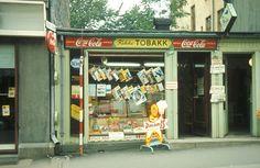 Gatebilde. Kiosk med reklameskilt. Kikki tobakk