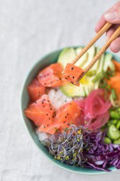 El verano queda atrás y es hora de empezar a ordenar nuestros hábitos alimentarios y recuperar las rutinas. Una buena apuesta para que no te cueste tanto empezar a comer mejor es apostar por el salmón ahumado. Es un alimento con un gran sabor y a la vez es un pescado bajo en grasas y calorías. Un buen aliado para aquellas personas que quieran controlar su peso y seguir una dieta saludable. Poke Bowl, Carrots, Salmon, Mexican, Vegetables, Ethnic Recipes, Food, Eating Habits, Diets