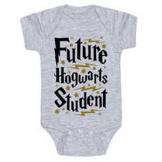 This Harry Potter baby shirt is a perfect choice of baby shower gift for any nerdy parents you happen to know, or to show off that your own little bundle of magic is a future Hogwarts student! Show your pride in the wizarding world with this nerdy baby gi Baby Harry Potter, Baby Shower Harry Potter, Theme Harry Potter, Harry Potter Baby Clothes, Nerdy Baby Clothes, Diy Clothes, Unique Baby Girl Clothes, Harry Potter Nursery, Funny Clothes