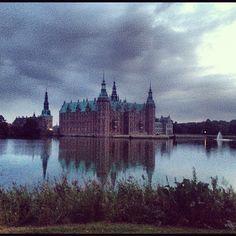 hayleemaxwell #hillerød #frederiksborg #castle #slot #royal #denmark #lake #moat #grass #water #nature #evening #reflection #pretty #mysterious #instagram #instagood #photooftheday #ig #popular #history #fancy #sky #sjælland
