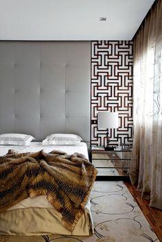 O arquiteto levou a diversos cômodos soluções originais, como os painéis no quarto do casal, inspirados em biombos asiáticos, e os abajures, que usam como base estátuas trazidas pelos moradores de viagens.