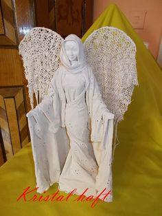Moja rzeźba z materiałów haftowanych i koronek utwardzanych powertekxem ,,anioł''