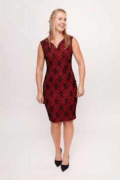 33c8e48c8604ac Dit prachtige jurkje van Smashed Lemon heeft een zwart kanten bloemmotief  over een rode onder jurk