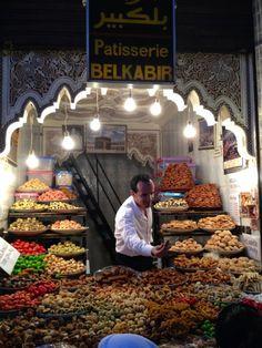 Le marchand de délicieuses pâtisseries dans les souks à Marrakech