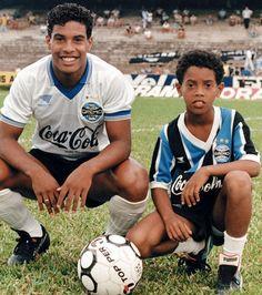 Assis que jogou pelo Sporting ao lado do seu irmao Ronaldinho