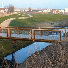 STREETLIFE Crossline CorTen Bridge. Flat bridges with segmented fencing, made of CorTen steel and FSC® hardwood railing. Robust and playfully!