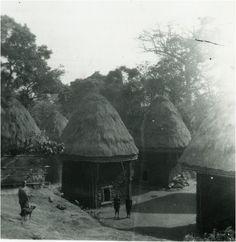 Cases-Bamileke-sur-le-territoire-de-la-chefferie-a-Bandjoun (996×1024)