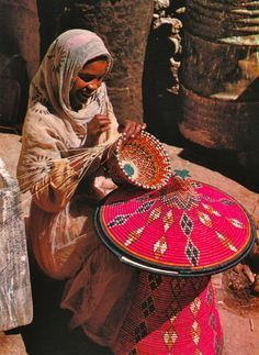 Ethiopia & Eritrea: A woman weaving a colorful basket table called Mesob. We Are The World, People Around The World, Techniques Textiles, Art Tribal, Horn Of Africa, Eritrean, African Countries, World Cultures, African Art
