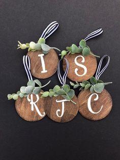 Wood Christmas Ornaments, Stocking Name Tags, Name Ornament, Christmas Name Tags Rustic Christmas Ornaments, Wood Ornaments, Christmas Wood, Christmas Signs, Christmas Projects, Christmas Diy Gifts, Pinterest Christmas Crafts, Ornaments Ideas, Handmade Christmas Decorations