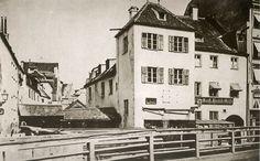 Blick von der Hochbrücke auf das Bruderschaftshaus der Bäckerknechte und die sog. Einschütt, 1858. Das Gebäude war ursprünglich ein Turm und war 1322 den Bäckerknechten für ihre Tapferkeit bei der Schlacht von Ampfing von Ludwig dem Bayern übereignet worden. 1870 wurde es mit der danebenliegenden Hochbrückenmühle abgebrochen. © Stadtarchiv Sammlung Karl Valentin.