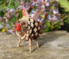 bricolage enfant d'une figurine de couchon en pomme de pin et feuilles