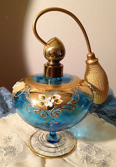 Tendance parfums Vintage Bohemian Czech Blue Glass Enamel Gold Perfume Bottle Moser Discovred By: micheledassonne Perfume Atomizer, Antique Perfume Bottles, Vintage Bottles, Channel Perfume, Perfumes Caravan, Objets Antiques, Cristal Art, Perfumes Vintage, Perfumes Top