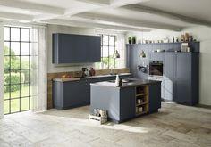 Eine trendige Optik im Nordic-Style mit colorlackierter Rahmenfront in topas und stilgetreuen Griffknöpfen in Edelstahlfinish verschaffen diesem Modell den gewissen Charme. Für den optimalen Wohlfühleffekt in der Küche sorgen die dazu harmonierenden Elemente in Echtholzfurnier bergeiche sowie das attraktive Rückwandpaneel, das den halbhohen Geräteschränken optisch lockeren Halt gibt. Contemporary Kitchen Design, Küchen Design, Table, Topas, Furniture, Portfolio, Home Decor, Glamour, Country Dresses