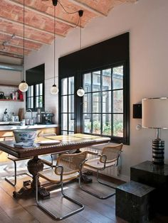 An urban loft respecting its unique history in Barcelona Dining Nook, Dining Room Chairs, Office Chairs, Kitchen Dining, Interior Architecture, Interior And Exterior, Interior Design, Decoracion Vintage Chic, Ikea