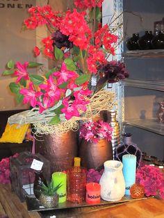 bloemen, etnisch, vintage, retro, paars, vaas, dienblad, kaars, plant, windlicht, styling, decoratie, inspiratie, living, home, pronto, wonen.