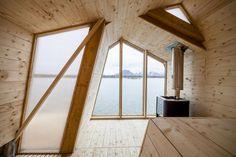 The Bands (isole Lofoten, Norvegia). La struttura a gradini, rigorosamente in legno, emerge dalle rocce e crea una stanza luminosa con una facciata completamente aperta sul mare. Alle spalle un percorso Kneipp di acqua calda/fredda e a una zona relax.