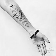 Geometric tattoo in Moscow. Tattoo on girl. Тату геометрия в Москве. Тату на девушке. #tattoo #geometric #linework #black #moon #fedornozdrin