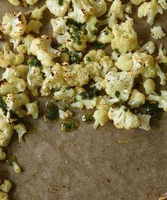 Aus dem Ofen, mit frischem Kräuteröl - so lecker haben Sie Blumenkohl noch nie gegessen! Dazu passt Fisch im Speckmantel.