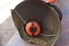 Il remplace le fil brisé de son coupe-bordure par cet accessoire ! Très très astucieux !