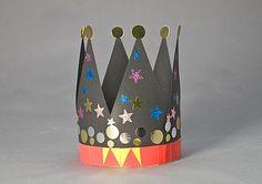 Corona decorada amb gomets pels propis infants.