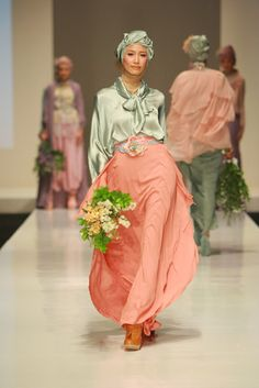 Islamic Inspired Fashion As Seen in Indonesia Fashion Week 2012 For today's post, we look at some of the Islamic inspired modern fashion c. Muslim Women Fashion, Islamic Fashion, Modest Fashion, Hijab Fashion, Fashion Dresses, Womens Fashion, Fashion Styles, Fashion Fashion, Biba Clothing