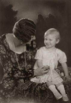 H.K.H. Astrid, Prinses van België met Prinses Josephine-Charlotte van België. 1929 , bromide foto formaat 16 x 22 cm. Foto gemaakt door Robert Marchand, uit de verzameling van Wilfried Vandevelde.