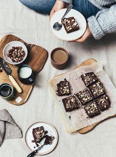 Disse brownies er vanedannende og ingen vil gætte at de er bagt med sorte bønner – jeg har efterhånden bagt dem rigtig mange gange og de får hurtigt ben at gå på hjemme hos mig, da min mand også er blevet forelsket i disse nemme og lækre bønnebrownies. Hvis du vil opgradere til en luksus …