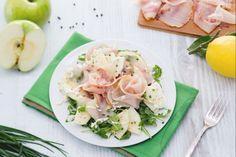 Il carpaccio di spada con inslata di mele e rucola è un leggero antipasto di pesce, con un piacevole contrasto di fresco, agrodolce e affumicato