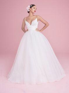 Модель в классическом свадебном платье на бретельках и пышной юбкой от hayley paige