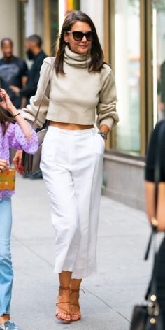 Katie Holmes got a head start on fall in a cropped Orseund Iris turtleneck. Katie Holmes got Beige Outfit, White Pants Outfit, Katie Holmes, Fall Outfits, Casual Outfits, Fashion Outfits, Womens Fashion, Fashion Tips, Fashion Trends