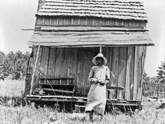 Mississippi in the Great Depression: This photograph was taken near Jackson, Mississippi in The woman pictured is a cotton sharecropper. The shack in the background shows the hard life and few comforts of the sharecropping life. Women In History, Black History, Old Pictures, Old Photos, Vintage Photographs, Vintage Photos, Jackson Mississippi, Mississippi Delta, Dust Bowl