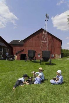 Purchased in 1972 Yoder's Amish Home has lots of History. We opened for visits in barn was built in Come learn more About Yoder's Amish Home. Country Barns, Amish Country, Old Barns, Country Life, Amish Pie, Amish Farm, Amische Quilts, Amish House, Amish Family