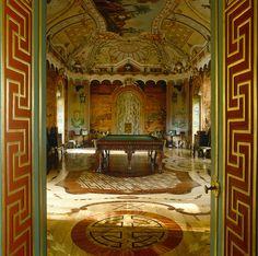 Построенный Антонио Ринальди в 1768 году Китайский дворец — единственный в пригородах Петербурга образец рококо. Интерьеры — блистательное упражнение в стиле шинуазри. Еще одно важное обстоятельство: в питерских пригородах только ораниенбаумские дворцы не были разрушены нацистами, то есть они подлинные