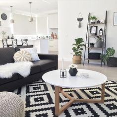 {bomdia!} Preto&Branco + pitada de verde! Sou apaixonada por tapetes geométricos e por essa estante/escada!! ❤️ via @__jo__loves__…