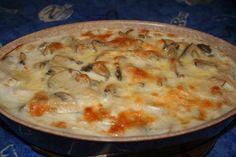 Gratin de poissons Ingrédients : 2 filet de saumon 2 filet de poisson blanc 1 petite boîte (500g) de champignons émincés 1 sachet de fruits de mer congelées 1/2 verre de vin blanc 50 g de farine sel, poivre Déroulement : Dans une casserole remplie d'eau froide, mettre les filets de poisson. Faire chauffer à feu moyen jusqu'à ébullition. Arrêter, égoutter le poisson et mettre de coté 50 cl de l'eau de cuisson. Faire fondre un peu de beurre dans une poêle, faire revenir les fruits de mer…