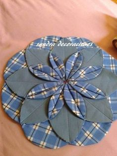 Inspiring schemes that we adore! Sewing Hacks, Sewing Crafts, Sewing Projects, Sewing Tips, Flower Quilts, Fabric Flowers, Patch Quilt, Quilt Blocks, Cathedral Window Quilts
