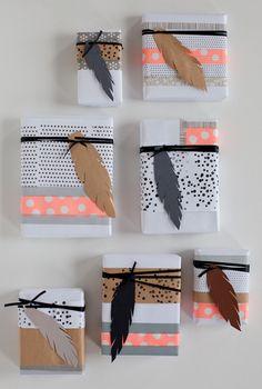 スタンプを押してアレンジした無地の包装紙にマスキングテープ、紙で作ったフェザーでアクセントを。甘すぎず派手すぎずな色使いでドットと羽がものすごくモダンな装いに。