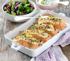 Njut av nyttig lax med broccolisallad och en frisk rucolayoghurt.