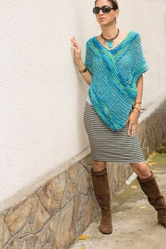 Tejido a mano merino lana / mohair mujeres poncho turquesa Alpaca Poncho, Turquoise Blue Color, Knitted Cape, Ladies Poncho, Color Azul, Crochet Scarves, Merino Wool, Hand Knitting, Knit Crochet