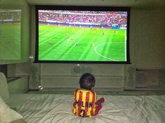 Piqué Compartilha Foto de Milan Assistindo ao Futebol