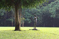 CAIN  LEMONTRI: Patung Peniup Seruling di Halaman Belakang Istana ...