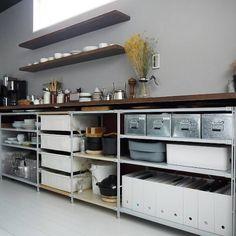 便利でアイディア満載な収納アイテムが揃う無印良品。今回は、そんな無印でキッチン収納に便利だと大好評の「ユニットシェルフ」をご紹介します。キッチン収納の悩みどころをきっちり解決してくれるアレンジのしやすさと活用術をチェックしていきましょう。 Open Kitchen Cabinets, Kitchen Cupboard Doors, Kitchen Cabinet Storage, Kitchen Dinning, Kitchen Organization, Kitchen Decor, Dirty Kitchen, Industrial Kitchen Design, Freestanding Kitchen