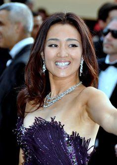 """Gong Li. Artista de cine china conocida tanto por haber sido durante tiempo la musa de Zhang Yimou como por el romance y la ruptura que protagonizaron. Fue la protagonista de películas como la premiada con un Oso de Oro en Berlín, """"Sorgo Rojo"""", dirigida por Zhang Yimou, o """"La linterna roja"""" (1991) y """"Adiós a mi concubina"""" (1993), del mismo director.En 2005 rodó """"Memorias de una Geisha"""", en la que encarnaba a una mujer japonesa. La película fue prohibida en China."""