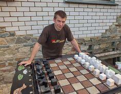 Уличные шахматы - дерево, сталь и камень.