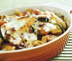 Ett snabblagat och charmerande recept på gratinerad halloumipasta. Du gör den härliga rätten av pasta, rödlök, zucchini, halloumiost, tomat, vitlök och mozzarella. Rätten är lakto- ovo vegetarisk och otroligt god!