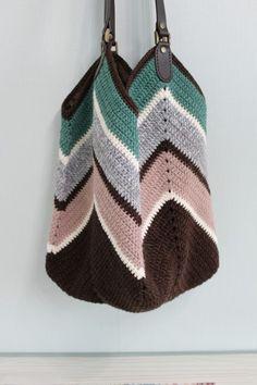 좀 큰가방을 떠보고 싶어서 전에 떴던 그래니스퀘어백도안으로 소재만 램스울로 바꿔 떠봤습니다~~ 겨울가... Crochet Pouf, Crochet Clutch, Crochet Handbags, Crochet Purses, Love Crochet, Crochet Hats, Crochet Basket Pattern, Crochet Patterns, Crochet Classes