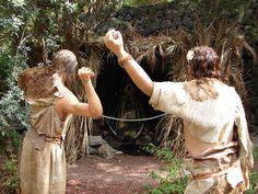 Representación de la vida de los guanche en el Parque del Drago de Icod de los Vinos, Tenerife, España