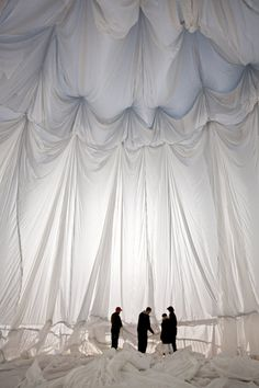 Christo's Big Air Package installation in the Oberhausen Gasometer Land Art, Fabric Installation, Art Installations, Projection Installation, Social Design, Christo And Jeanne Claude, Instalation Art, Textiles, Scenic Design